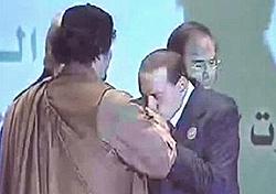 Berlusconi Gheddafi baciamano