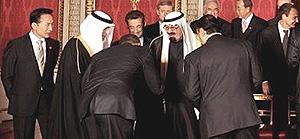 Obama bacia la mano al sovrano saudita