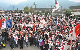 folla manifestazione No-Tav