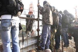 militanti No-Tav resistono allo sgombero di Chiomonte