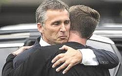 Pedersen: l'abbraccio col premier Stoltenberg