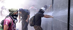 I manifestanti forzano le recinzioni del cantiere Tav