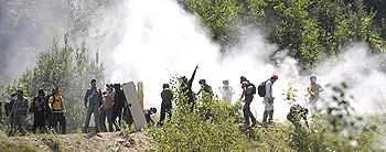Giovani No-Tav si oppongono alla polizia a Chiomonte