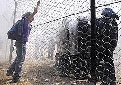manifestante No-Tav si oppone alla polizia in val Susa