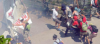 """Chiomonte, 3 luglio: manifestanti No Tav """"assediano"""" le recinzioni"""
