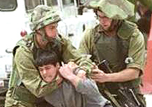 soldati israeliani contro un bambino palestinese