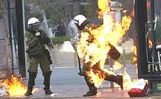 Poliziotti greci colpiti da molotov