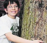 Il piccolo Felix abbraccia un albero
