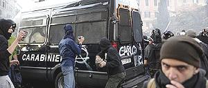"""""""black bloc"""" in azione"""