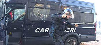 Un carabiniere fugge dal suo mezzo assediato