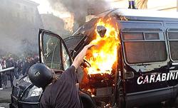 In fiamme un blindato dei carabinieri