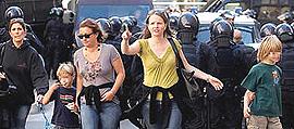 manifestanti e polizia