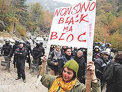 """manifestanti No Tav nella """"zona rossa"""" di Chiomonte"""