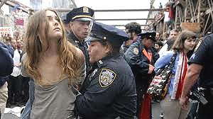 L'arresto di una giovane manifestante a New York