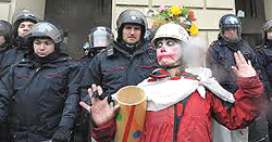 Un clown tra i manifestanti No Tav