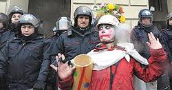 Un clown tra i manifestanti No Tav