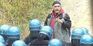Perino a Chiomonte di fronte a un reparto antisommossa