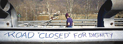 """Road closed for dignity"", scritta sul guard-rail dell'autostrada valsusina occupata dai No-Tav"