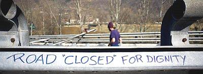"""""""Road closed for dignity"""", scritta sul guard-rail dell'autostrada valsusina occupata dai No-Tav"""