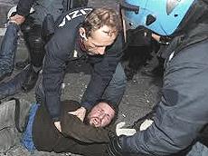 Lo stesso militante, Marco Bruno, trascinato via dalla polizia