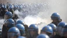 Polizia antisommossa in val Susa contro i manifestanti