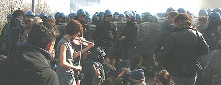 Val Susa, polizia e ragazza con violino