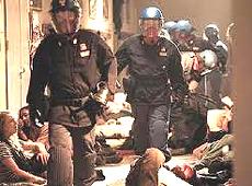 Il film: l'irruzione della polizia alla scuola Diaz