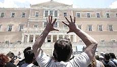 La rabbia popolare nelle strade di Atene