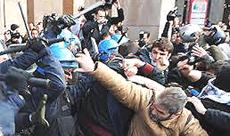 Manganellate sui manifestanti