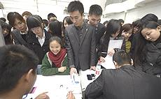 Cinesi in coda per un lavoro
