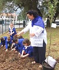 La preside al lavoro nell'orto coi bambini