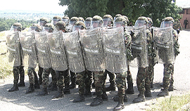 Un reparto dell'esercito in tenuta antisommossa