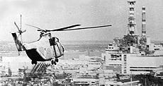 Un elicottero sorvola la centrale nucleare di Chernobyl