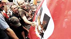 """Grecia, proteste contro il """"nazismo"""" della Troika europea"""