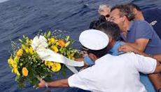 Lampedusa, corona di fiori in mare per omaggiare i naufraghi