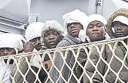 Migranti africani appena sbarcati a Lampedusa