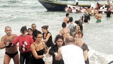 Siracusa, lo sbarco di profughi siriani assistiti da bagnanti