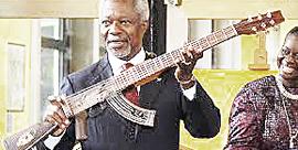 L'Ak-chitarra regalato a Kofi Annan