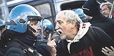 Un No-Tav protesta con la polizia
