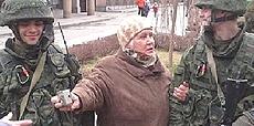 Soldati russi con un'anziana in Crimea