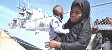 Madre e figlio salvati in mare dalla marina militare
