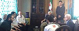 McCain con esponenti dell'Isis