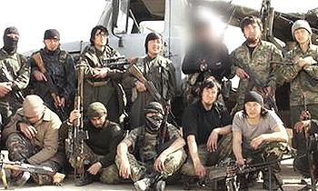 """Al centro della foto Abu al-Khazakhi Anisah, primo jihadista """"cinese"""" dell'Emirato islamico ucciso in azione (era di origine kazaka)"""
