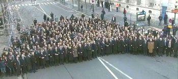 La farsa televisiva del corteo di Parigi: dietro ai leader, nessuno