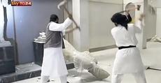 Mosul, lo spettacolo delle statue demolite dall'Isis