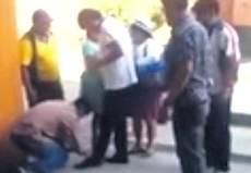 Morales mentre si fa allacciare una scarpa