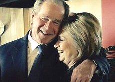 L'abbraccio tra George W. Bush e Hillary Clinton