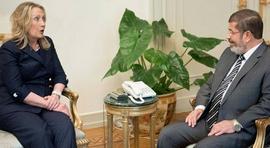 Hillary Clinton con Mohammed Morsi