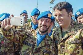 Renzi con militari italiani