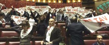 La protesta NoTav dei 5 Stelle in aula